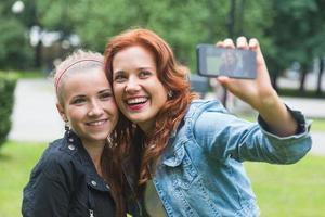 flickor tar selfie mobiltelefon foto