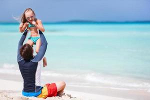 far och dotter på stranden foto