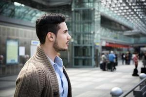 stilig ung man i tågstation eller flygplats