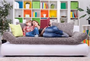 familjen ägnar tid åt att läsa en bok foto