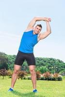 muskulös idrottsman under träning foto