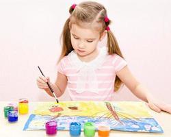 söt liten flickateckning med färg och pensel foto