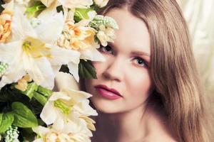 filmfoto av en kvinna med blommor foto