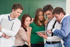 studenter med modern utrustning foto