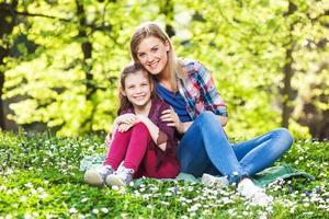 två glada systrar foto