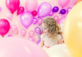 vacker flicka poserar i studio där många ballonger foto