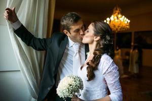 porträtt av ett ungt bröllopspar foto