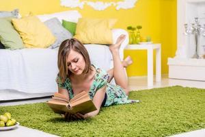 kvinna som läser en bok foto