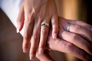 bruden och brudgummen händer foto