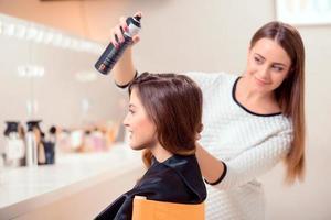 vacker kvinna i frisörsalong foto