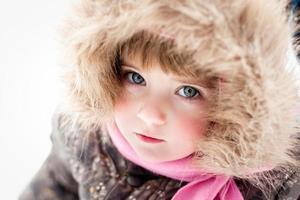 närbild porträtt av liten flicka på vintern foto