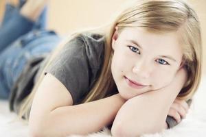 närbild porträtt av en söt 11-årig flicka foto