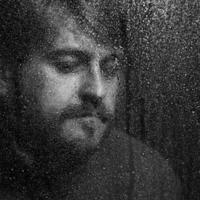 porträtt av mannen genom vått glas. svartvitt foto