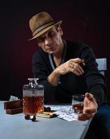 man med whisky och cigarr foto