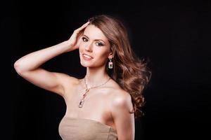 porträtt av en vacker brunettflicka med lyxiga tillbehör. mode foto