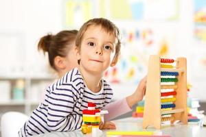 två barn som leker med leksaker foto