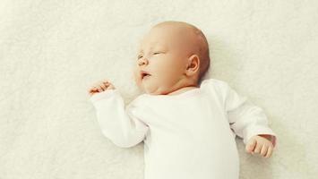 porträtt av söta baby söta sova på sängen foto