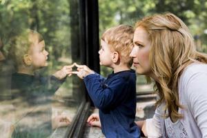 vacker kvinna som håller sin son foto