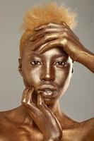 vacker kvinna målad med guld foto