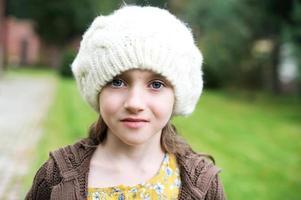 barnflicka i vitt mössa, närbild porträtt foto