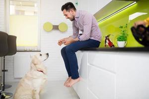 man som leker med sin älskade hund foto