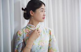 porträtt av ganska asiatisk kvinna foto