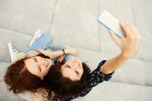 systrar som gör selfie foto