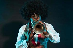 svart afrikansk amerikansk jazztrumpetspelare. årgång. studio skott. foto