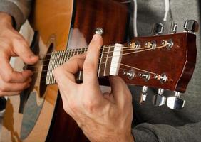 öva på att spela gitarr. foto