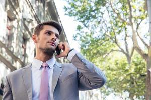 fundersam affärsman som pratar i telefon foto