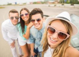 vänner i cabriolet foto