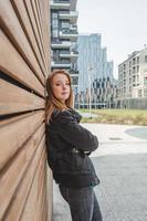 vacker flicka poserar i stadens gator foto