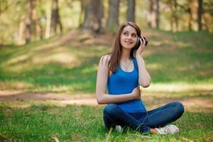 vacker flicka lyssnar på musik och ser till himlen foto