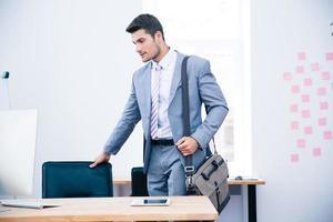 porträtt av en säker affärsman med väska foto