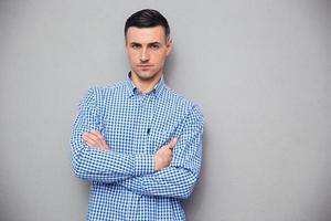 porträtt av en stilig ung man med vikta armar foto