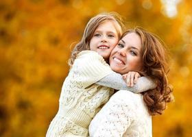 mamma och dotter ha kul