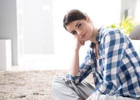 attraktiv kvinna sitter på golvet foto