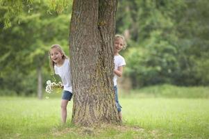 små flickor som leker gömma sig foto