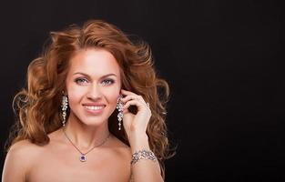 porträtt av en vacker le kvinna med lyxiga tillbehör. mode foto