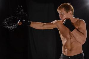 porträtt sportsman boxare i studio mot mörk bakgrund foto