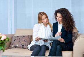kvinnavänner hemma läser foto
