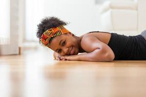 vacker afroamerikansk kvinna som bär en afrikansk huvudduk - foto