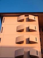fasad på bostadshus på kvällen foto