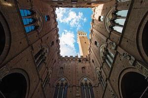 torre del mangia på palazzo pubblico i siena, italien foto