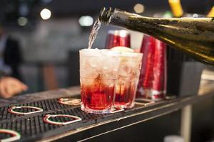 röd cocktail foto