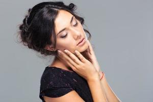 skönhet porträtt av en söt kvinna med slutna ögon foto