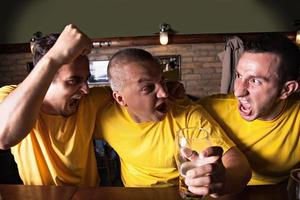 sportfans i puben foto