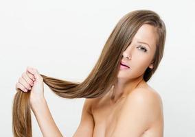 vacker kvinna med rakt långt hår foto
