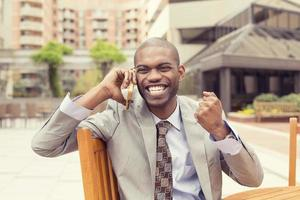framgångsrik man som pratar i mobiltelefon får goda nyheter foto