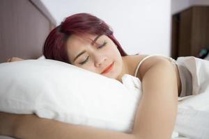 vacker flicka sover i sovrummet foto